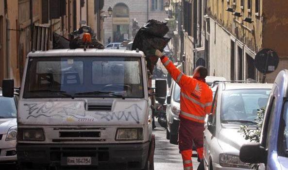 Roma, allarme sicurezza: rubato furgoncino dell'Ama in centro