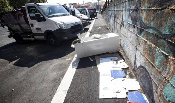 Roma, Raggi: «Venti tonnellate di rifiuti ingombranti abbandonati in strada ogni giorno»