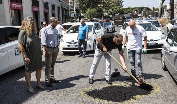 Roma, i tassisti tappano le buche: «Bisogna smettere di contare i morti»