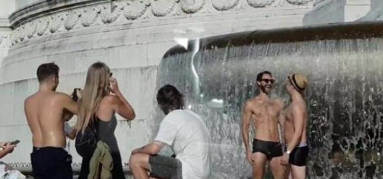Roma, nudi nella fontana di piazza Venezia: il video postato sui social