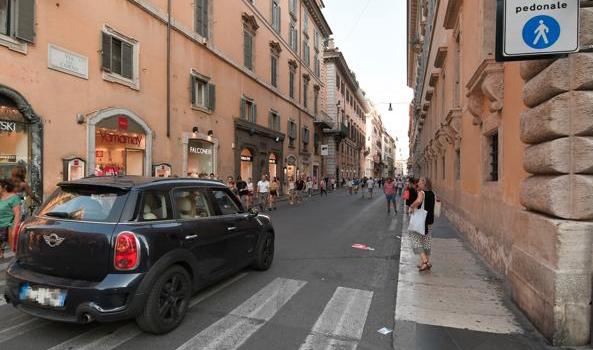 Roma, via del Corso: adesso è caos con l'isola che non è pedonal