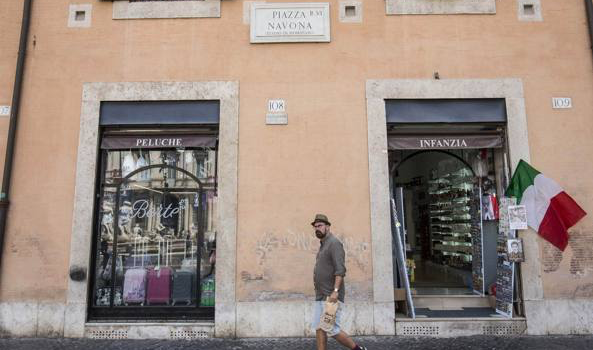 Piazza Navona, al posto della bottega storica spunta un minimarket