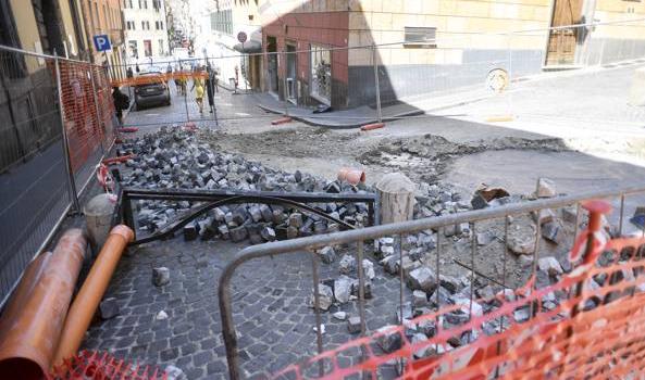 Piazza di Spagna, ombrelli, bottiglie e giochi: il deposito degli ambulanti